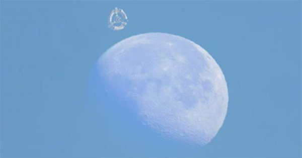zz ufo behind the moon - Video of UFO near the Moon surprised Ufologists and conspiracy theorists